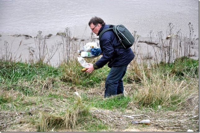 Jan Eric Visser collecting trash by the river great ouse